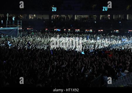 Cluj Napoca, Rumania - Julio 31, 2015: el disco Jokey casette mezclando en el escenario durante un concierto en vivo en innumerables festival en la capital europea de los jóvenes ci