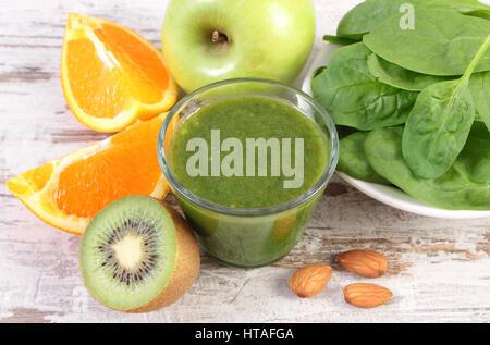 Ingredientes y especias para el verde fresco cóctel nutritivo de las espinacas en antiguo fondo de madera rústica, una nutrición saludable