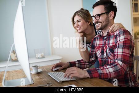 Par trabajando en proyecto de inicio juntos desde casa