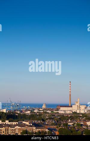 La poolbeg chimeneas en el área de playa costera ZPE de Sandymount Strand en Dublín, Irlanda Foto de stock