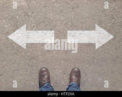 De pie en el cruce de la toma de decisión que camino por recorrer - fácil o difícil