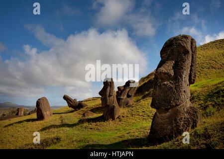 Gigantes de piedra monolítica estatuas moai en Rano Raraku, Rapa Nui (Isla de Pascua), Sitio de Patrimonio Mundial de la UNESCO, Chile, Sudamérica