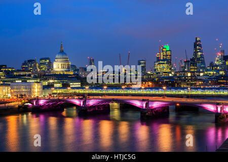 Skyline londinense de St Paul's Cathedra, Río Támesis reflexiones y City de Londres twilight panorama nocturno, Foto de stock