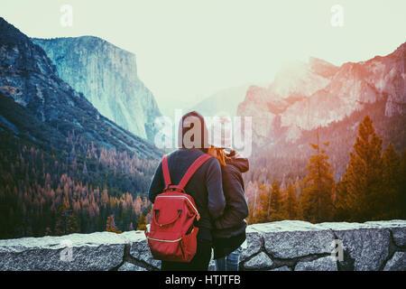 Vista romántica de una pareja joven, disfrutando de la famosa vista de túnel en la luz de la mañana de oro hermoso amanecer en el valle de Yosemite en verano, California, EE.UU.