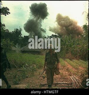 Operación Georgia: US Marines Blow up bunkers y túneles utilizados por el Vietcong, 5 de mayo de 1966. Fotografía de Nara. Foto de stock