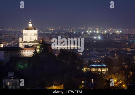 Turín vista escénica con el Monte dei Cappuccini en la noche