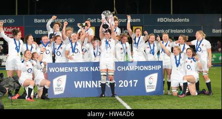 Dublín, Irlanda. El 17 de marzo, 2017. Las mujeres de las 6 Naciones de rugby internacional europea, Irlanda contra Inglaterra; Sarah Hunter (capitán de Inglaterra) se levanta el trofeo para celebrar el triunfo en el Torneo de las Seis Naciones Crédito: Además de los deportes de acción Images/Alamy Live News Foto de stock