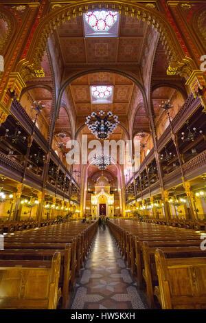 Interior de la calle Dohány o Gran Sinagoga Judía nagy zsinagóga. La segunda sinagoga más grande en el mundo construido en estilo Renacimiento Moro. Buda.