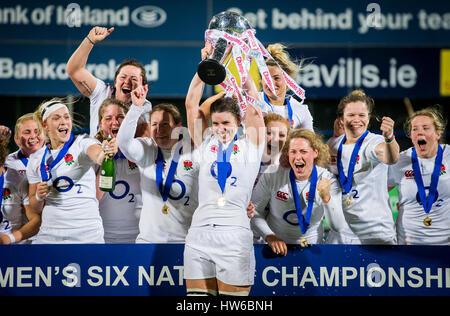 Inglaterra capitán Sarah Hunter levanta el trofeo de las seis naciones como ella celebra con sus compañeros de equipo después de ganar el 6 de Mujeres Unidas coinciden en Donnybrook Stadium de Dublín. Foto de stock