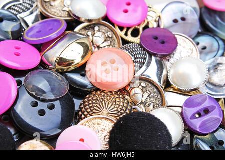 Botones de fondo. Botón de color ropa brillante textura. Concepto de patrón cosiendo botones color papel tapiz. Los colores mezclados. Studio textura fotográfica foto