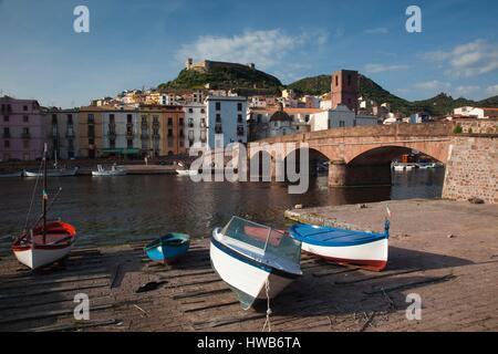 Italia, Cerdeña, en el oeste de Cerdeña, Bosa, ciudad vista a lo largo del río Temo y Ponte Vecchio Bridge