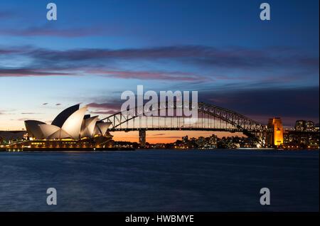 Sydney Opera House y el Puente Harbour al anochecer, Sydney, Australia. Foto de stock