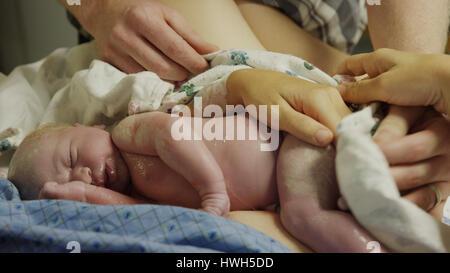 Cierre de limpieza de manos de padres bebé recién nacido en el hospital