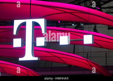 Hannover, Alemania, 20 de marzo de 2017 - feria de tecnología digital CeBIT 2017, T logo en el stand de German Telekom