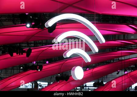 Hannover, Alemania, 20 de marzo de 2017 - feria de tecnología digital CeBIT 2017, el logotipo de wifi en el stand de German Telekom