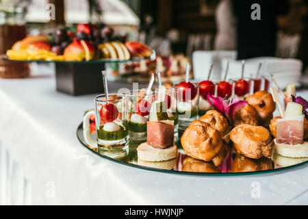 Platos aperitivos en la mesa de banquete Foto de stock