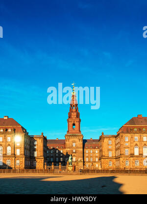 Copenhague, Dinamarca - 11 de marzo de 2017: Christiansborg Palace en Copenhague, Dinamarca, el edificio del parlamento danés.