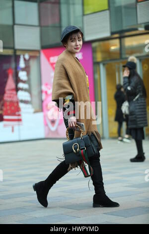 Beijin, Beijin, China. 23 Mar, 2017. Beijing, China el 23 de marzo de 2017: (Sólo para uso editorial. CHINA) un pollito chica camina por la calle de Sanlitun, Beijing, cubo de la moda marzo 23rd, 2017. Crédito: SIPA Asia/Zuma alambre/Alamy Live News Foto de stock