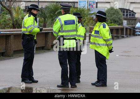 Westminster, London, UK 23 Mar 2017- Agentes de la Policía fuera del hospital St Thomas. Scotland Yard dijo el 23 de marzo de 2017 que la policía ha realizado siete arrestos en redadas realizadas durante la noche en Birmingham, Londres y otras ciudades en el país tras el ataque terrorista en el Palacio de Westminster y el puente de Westminster, el 22 de marzo de 2017, dejando un saldo de cuatro muertos, incluido el atacante, y 29 personas resultaron heridas. Crédito: Dinendra Haria/Alamy Live News
