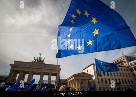 Berlín, Alemania 25 Mar, 2017 Los europeos se reúnen en el 'Marco' de Europa, la Puerta de Brandeburgo, Berlín, Alemania. En el 60º aniversario de los Tratados de Roma, decenas de miles de personas marcharon en todo Europas ciudades importantes en apoyo de la Unión Europea. Crédito: Craig Stennet/Alamy Live News Foto de stock