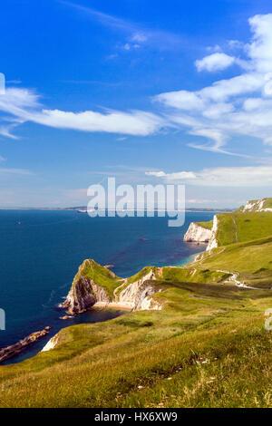 Mirando al oeste a lo largo de la costa sur oeste de Path en caminantes, cerca de la puerta de Durdle sobre la Costa Jurásica, en Dorset, Inglaterra