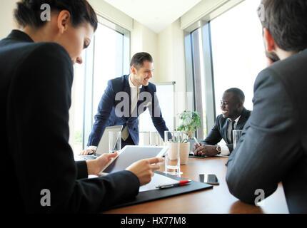 Los emprendedores y empresarios en la moderna sala de conferencias. Foto de stock