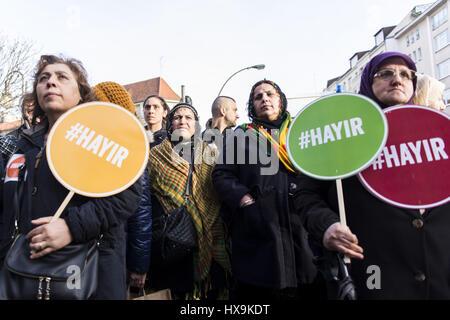 """Berlín, Alemania. 25 Mar, 2017. Los opositores de Recep Tayyip Erdogan, Presidente de Turquía, sosteniendo carteles con la inscripción '#Hayir'. Varios cientos de personas rally en Berlin Neukoelln y Kreuzberg, los manifestantes damand votar """"No"""" en el referéndum constitucional celebrado en Turquía, donde los turcos que viven en Alemania están autorizadas a votar. Crédito: Jan Scheunert/Zuma alambre/Alamy Live News Foto de stock"""