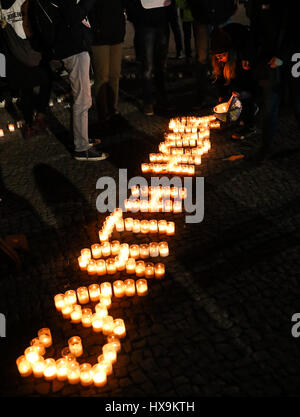Berlín, Alemania. 25 Mar, 2017. Voluntarios de la World Wildlife Fund (WWF), coloque las velas para formar las palabras Foto de stock