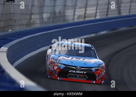 Fontana, California, Estados Unidos. 25 Mar, 2017. Marzo 25, 2017 - Fontana, California, EE.UU.: Kyle Busch (18) las batallas por la posición durante la serie NASCAR Xfinity NXS 300 en Auto Club Speedway en Fontana, California. Crédito: Justin R. Noe Inc Asp/Asp/Zuma alambre/Alamy Live News