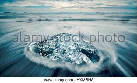 Hielo en la playa cerca de Jokulsarlon Lagoon en el sur de Islandia Foto de stock