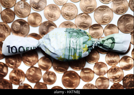 Dulce luz en euros cien muffledly en céntimos, pagos de bonos, en Bonbon Hundert-Euro-Schein eingewickelt auf Cent-Münzen, Bonuszahlungen