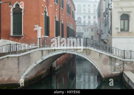 Misty mañana en el Sestiere de Dorsoduro, en Venecia, Italia.