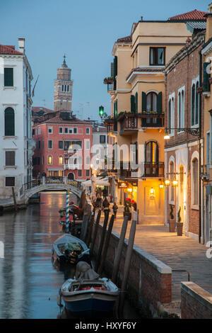 La noche cae en el Sestiere de Dorsoduro, en Venecia, Italia.