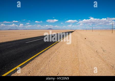 Imagen vibrante de la autopista y el azul cielo nublado
