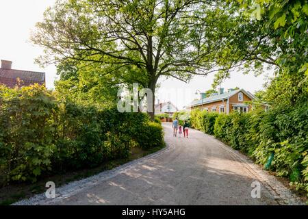 Suecia, archipiélago de Estocolmo, Uppland, Vaxholm, familia caminando