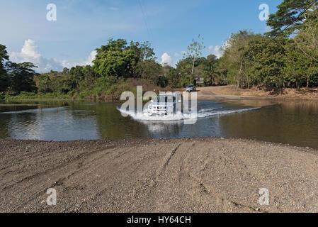 Coche en un cruce de río cerca de Drake, Costa Rica