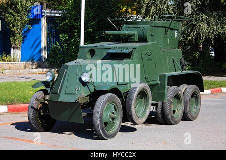 Coche retro-BA-3, Rostov-on-Don, Rusia, 4 de octubre de 2010. Exposición de tecnología antigua