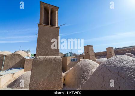 Windtower (Badgir) visto desde los tejados de bazar en Yazd, capital de la provincia de Yazd de Irán