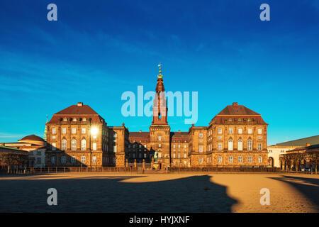 Copenhague, Dinamarca - 11 de marzo de 2017: Christiansborg Palace en Copenhague, Dinamarca, el edificio del parlamento danés. Partes del palacio son utilizados por el danés