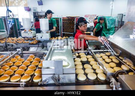 Florida FL South Orlando Winter Park Krispy Kreme Donuts donut empresa coffehouse línea de producción freidora Black Blacks African Africans et