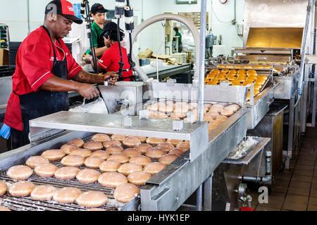 Florida FL South Orlando Winter Park Krispy Kreme Donuts donut empresa coffehouse línea de producción freidora acristalamiento cinta transportadora negro BL