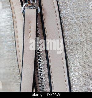Detal de bolso de cuero ecológico con los racores, cremallera de metal. Perfil de minoristas y la industria textil. Square