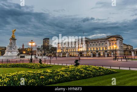 Las luces de la calle y un tormentoso atardecer sobre el Palacio de Buckingham, Londres, Reino Unido. Foto de stock