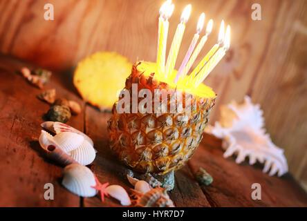 Piña fruta con velas de cumpleaños
