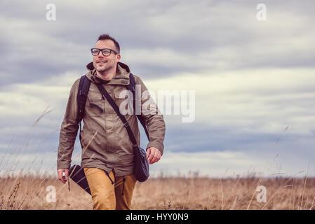 Caminante caminando en pastizales en un día nublado