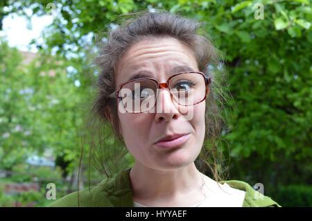 Retrato de joven mujer nerd con grandes vasos polvorientos dióptrico
