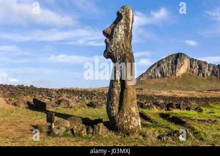 Estatua moai solitario permanente cerca del Ahu Tongariki Sitio en la costa de la Isla de Pascua, Chile