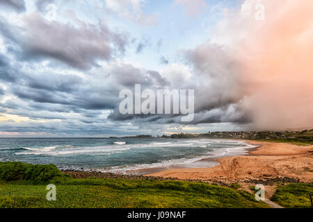 Vista espectacular de una inminente tormenta en Bombo Playa, Kiama, Costa Illawarra, Nueva Gales del Sur (NSW, Australia