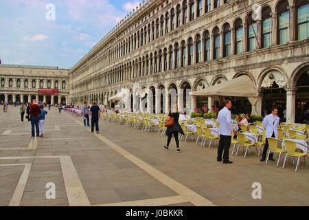 Por la mañana en la plaza de San Marcos, en Venecia. No hay muchos turistas, sin embargo, la cafetería de la calle está casi vacía. Italia, Europa.