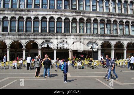 Por la mañana en la plaza de San Marcos. No hay muchos turistas, sin embargo, la cafetería de la calle está casi vacía. Italia, Europa.
